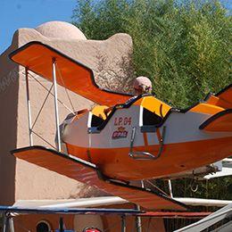 Gros plan sur un avion de l'escadrille au parc d'attraction Le PAL